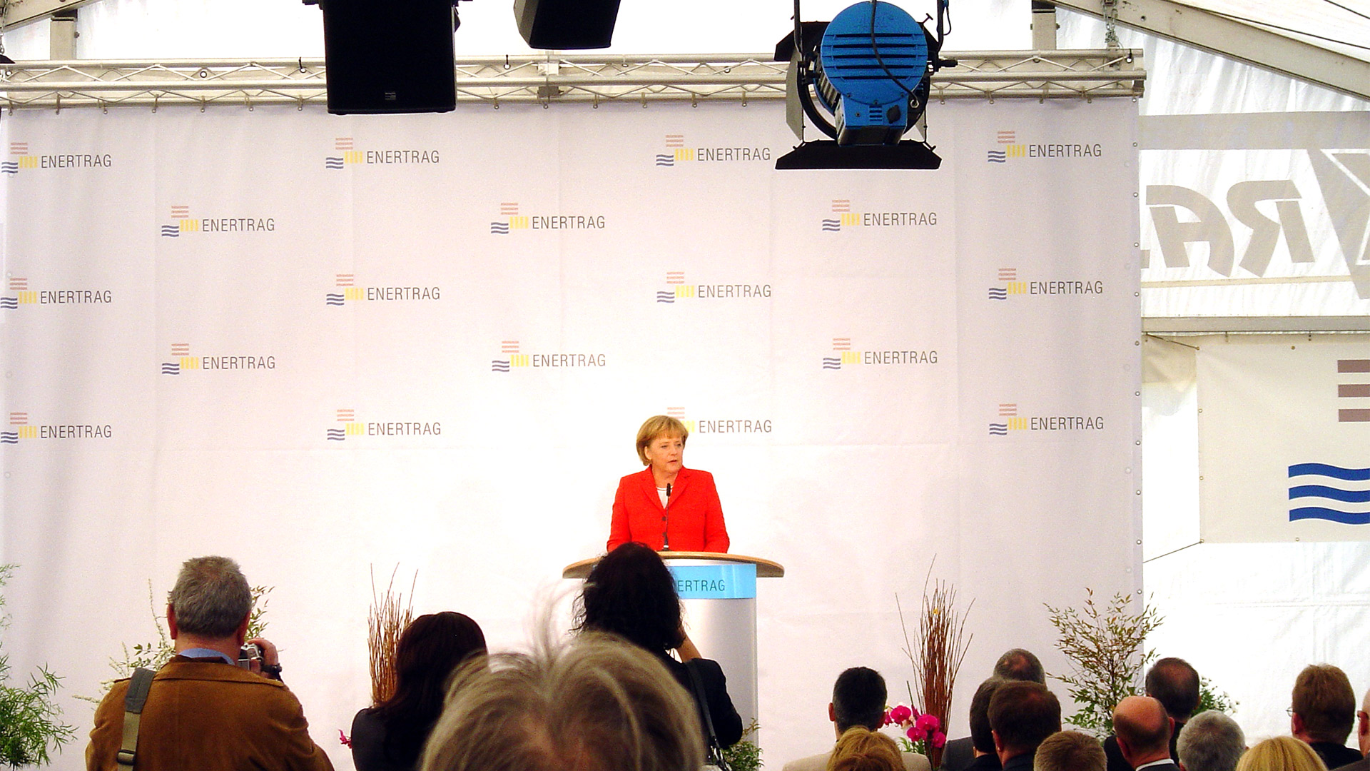 Kanzlerin-Angela-Merkel-Bühnebanner-Enertrag-Matti-Michalke-Berlin-Brandenburg-Aussenwerbung-Innenwerbung-Banner-Planen-Folien-Werbemittel-Druck-Print